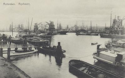 PBK-6031 Overslag van goederen bij schepen in de Rijnhaven.
