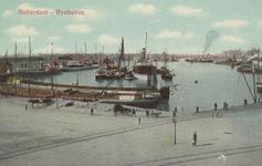 PBK-6035 Rijnhaven met schepen voor overslag van goederen, uit het oosten gezien.