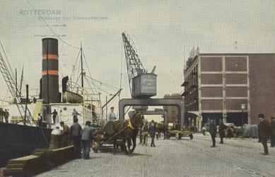PBK-6047 Overslag van goederen aan de oostzijde van de Rijnhaven. Rechts pakhuis De Eersteling van N.V. Het ...