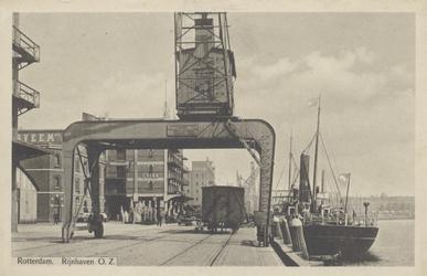 PBK-6049 Een brugkraan aan de kade van de Rijnhaven Oostzijde. Links enkele pakhuizen.