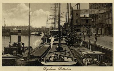 PBK-6050 Binnenvaartschepen aan kade van de oostzijde van de Rijnhaven, voor overslag van goederen.