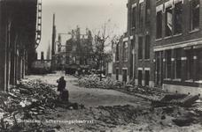 PBK-6115 Gezicht in de door het Duitse bombardement van 14 mei 1940 getroffen Scheveningsestraat in de richting van de ...