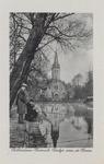 PBK-6196 Een visser vist onder belangstelling in de Schiedamsesingel. Op de achtergrond de Waalse kerk aan de ...
