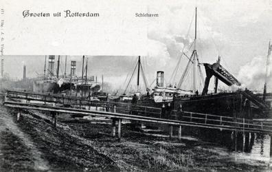 PBK-635 Het verladen van kolen in de Schiehaven. Op de achtergrond enige schepen van de Holland-Amerika Lijn.