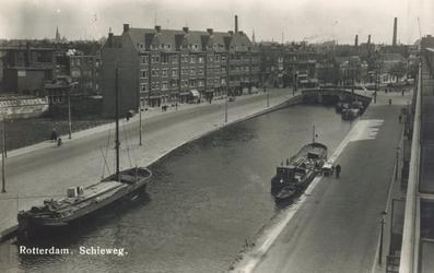 PBK-6367 Gezicht uit een woning aan de Schieweg op de Rotterdamse Schie, in zuidelijke richting. Op de achtergrond de ...