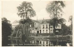 PBK-6417 Gezicht over de grote vijver naar de Slotlaan. Rechts villa Rosarium en links villa het Oude Slot en links ...