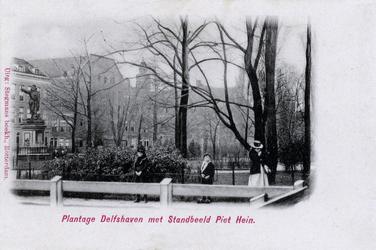 PBK-643 Piet Heynsplein met het standbeeld en daarachter de nog bestaande bebouwing aan de westzijde van het plein.