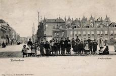 PBK-654 De West-Kruiskade. Op de achtergrond de reeds lang geleden verdwenen rij lage huisjes van de Adrianastraat. ...