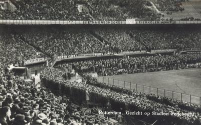 PBK-6553 En vol gepakt Feijenoord Stadion tijdens een voetbalwedstrijd, vermoedelijk de interland Nederland-Belgie.