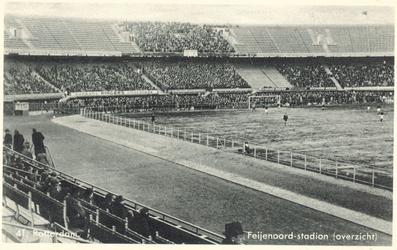 PBK-6554 Overzicht van het pas gebouwde Feyenoord Stadion, tijdens een wedstrijd van Feyenoord met publiek op de ...