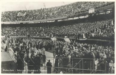 PBK-6555 Het pas gebouwde Feyenoord Stadion met publiek op de tribunes tijdens een wedstrijd van de club.