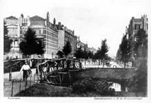 PBK-660 Over de Heemraadssingel ligt het zogenaamde takkenbruggetje, in 1983 afgebroken. Op de achtergrond de ...