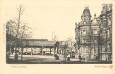 PBK-6600 Stationsplein met rechts de Delftsestraat en op de achtergrond station Delftse Poort.