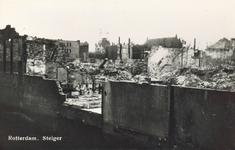 PBK-6732 Gezicht op de door het Duitse bombardement van 10 mei 1940 getroffen Steiger, met doorkijk naar rechts het ...