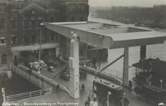 PBK-6763 De Binnenhavenbrug over de Binnenhaven met daarachter het Poortgebouw aan de Stieltjesstraat. Rechts de ...