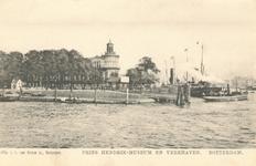 PBK-6880 Veerhaven en rechts de Nieuwe Maas. Op de achtergrond het museum voor Land- en Volkenkunde op de hoek van de ...