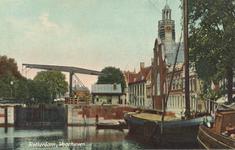 PBK-6998 Bebouwing langs de Aelbrechtskolk, vanaf de Voorhaven, uit zuidelijke richting. Links de Piet Heynsbrug.