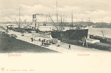 PBK-7099 Een vrachtschip ligt aangemeerd aan de Westerkade.