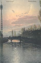 PBK-7151 Westersingel met op de achtergrond een houten brug. Rechts de Mauritsweg, vanuit het zuiden