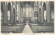 PBK-7223 Het interieur van de rooms-katholieke Sint-Josephkerk aan de West-Kruiskade 56, naar het altaar gezien.