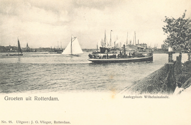 PBK-7297 Nieuwe Maas met het Koninginnenhoofd en de Wilhelminakade, aanlegplaats van de Holland-Amerika Lijn-schepen, ...