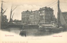 PBK-7333 Willemsplein vanuit het noordoosten. Rechts het Victoriahotel en de Stokkenbrug.