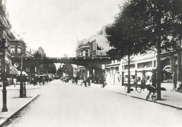 PBK-7673 Gezicht in de Zomerhofstraat bij het spoorwegviaduct en de Vijverhofstraat.