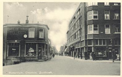 PBK-7675 Café de Kruin aan de Zuidhoek vanaf de Grondherendijk. Links de naar beneden lopende Charloisse Kerksingel, ...