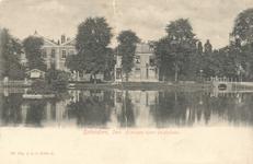 PBK-7709 Gezicht over de grote vijver naar de Slotlaan, van links naar rechts de villa's Het Nieuwe Slot, Het Oude ...