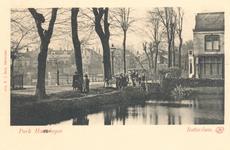 PBK-7717 Slotlaan, hoek Vijverlaan. Rechts aan de kleine vijver is villa Rosarium en links achter de drie bomen de ...