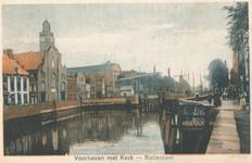 PBK-7761 Aelbrechtskolk gezien uit het noorden, links de Nederlandse Hervormde Oude Kerk. In het midden de Piet ...