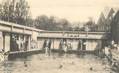 PBK-7766 De gemeentelijke zweminrichting op nummer 173-175, aan de Baan. Het zwembad bleef tot 1931 in gebruik.