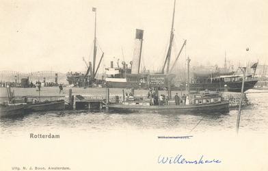 PBK-7816 Aanlegsteiger aan de Boompjes. Op de achtergrond links de Willemsbrug en de spoorbrug over de Nieuwe Maas, ...