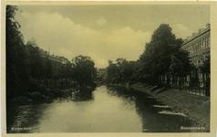 PBK-7829 Boezem en de Boezemkade uit noordelijke richting. Op de achtergrond molen de Noord aan het Oostplein.