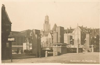 PBK-7870 Gezicht op de Meentbrug. Op de achtergrond de toren van het stadhuis aan de Coolsingel.