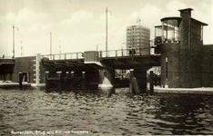PBK-7902 Pieter de Hoochbrug over de Coolhaven als verbinding tussen de Pieter de Hoochweg en de Heemraadssingel. Op de ...