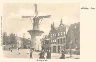 PBK-7906 Oostvestplein met molen De Noord. Rechts panden aan de zuidzijde van de Goudsevest/Oostvest.
