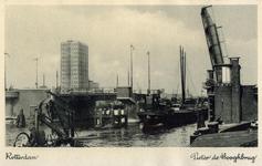 PBK-8116 Coolhaven met de openstaande Pieter de Hoochbrug. Op de achtergrond het GEB-gebouw.
