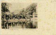 PBK-8133 Hengelaars op de dam bij de Binnenwegsebrug. Op de voorgrond de Schiedamsesingel en op de achtergrond de ...