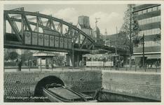 PBK-8136 Middensteiger hoek Moriaansplein. Op de voorgrond een gedeelte van de Kolk. Links het spoorwegviaduct en op de ...