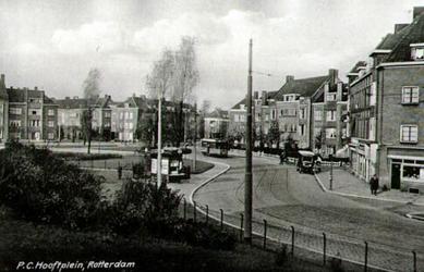 PBK-8143 P.C. Hooftplein. ter hoogte van de tram is rechts de Da Costastraat. Links de hoek met de Bilderdijkstraat. In ...