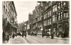 PBK-8156 Kruiskade vanuit het westen. Rechts, tussen de Lijnbaanstraat en de Nieuwe Kerkstraat, winkelpanden, hotel ...