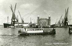 PBK-8271 De ingang van de Rijnhaven en het Koninginnehoofd met het kantoorgebouw van de Holland-Amerika lijn, uit het ...
