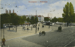 PBK-8275 De Noorderbrug over de Rotte van het Noordplein af, uit het zuidwesten. Op de achtergrond het gebouw van ...