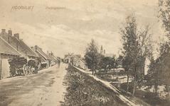 PBK-8394 De zuidzijde van de Dorpsstraat met links de werkplaats van wagenmaker C. Lopik. Rechts tussen de bomen het ...