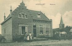 PBK-8405 De Nederlandse Hervormde pastorie aan de Dorpsstraat, uit het westen.