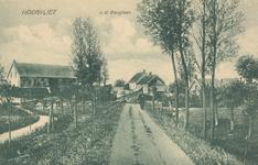 PBK-8406 Boerderijen aan v.d. Berglaan of wel de Laning te Hoogvliet
