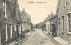 PBK-8415 De Dorpsstraat noordzijde. Het grote huis links is ondermeer bewoond geweest door burgemeester Paans.