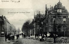 PBK-842 Gezicht op de Boezemstraat, rechts de Haveloze school op nummer 56.