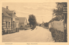 PBK-8432 Bebouwing aan het begin van noordzijde van de Dorpsstraat. Links het huis van W.J. Noordzij. Rechts de ...